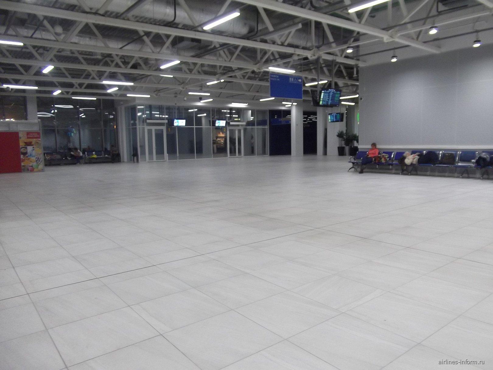 идем дальше.поподаем в просторный зал с сиротливо стоящими креслами,явно на всех не хватет.