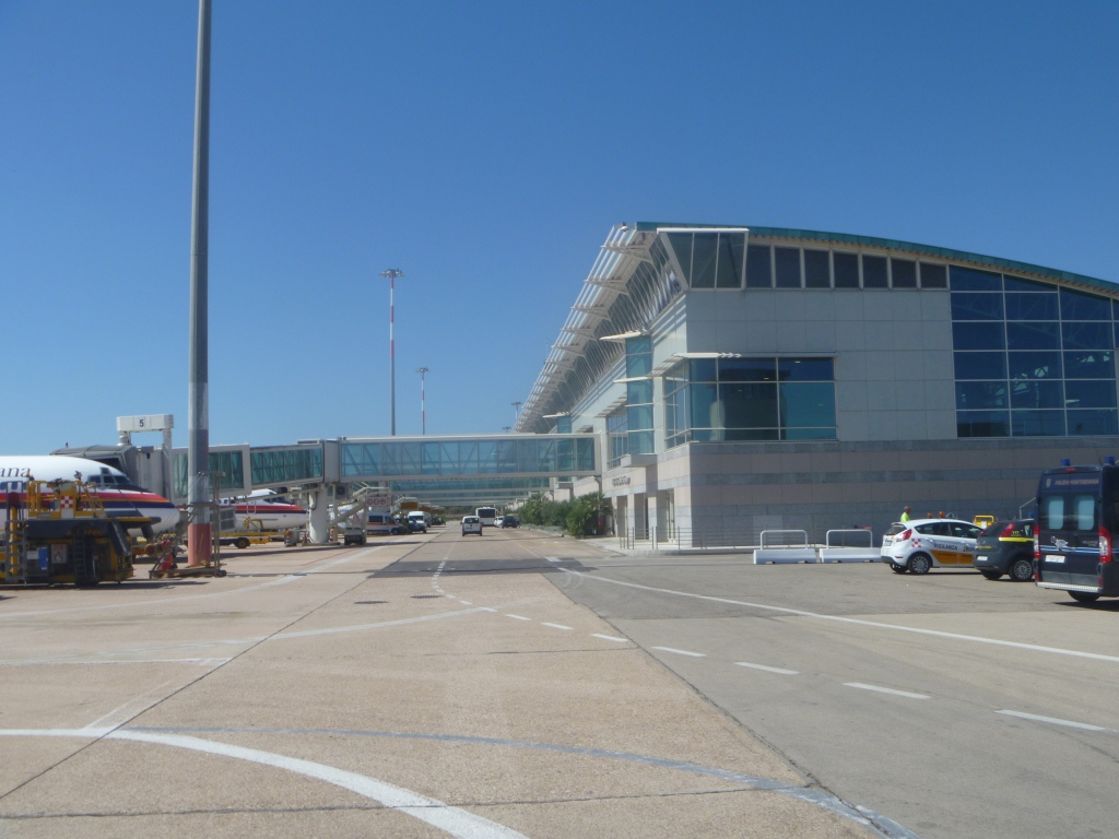 Вид с перрона на пассажирский терминал аэропорта Ольбия Коста Смеральда