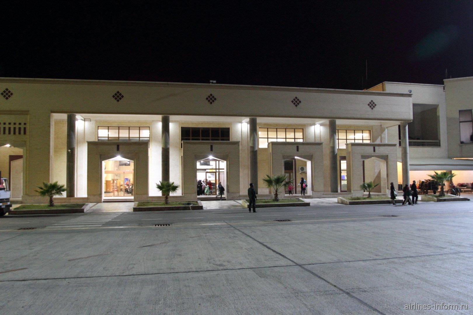 У пассажирского терминала аэропорта Язд Шахид Садухи