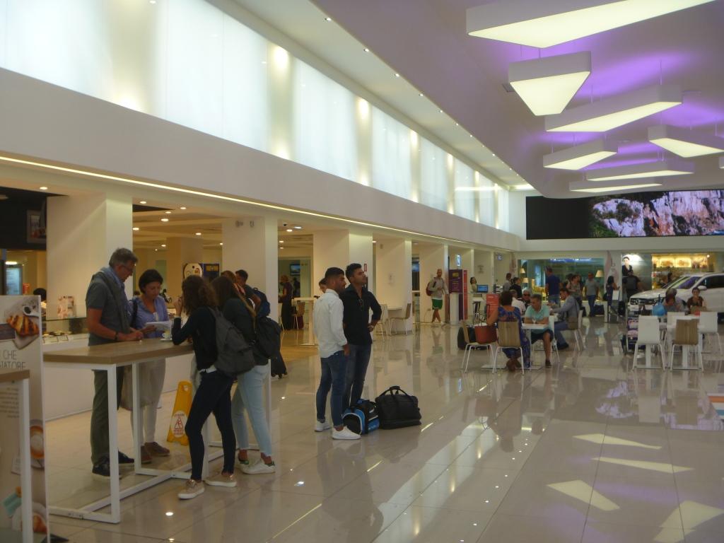 Общий зал аэропорта Альгеро Фертилия
