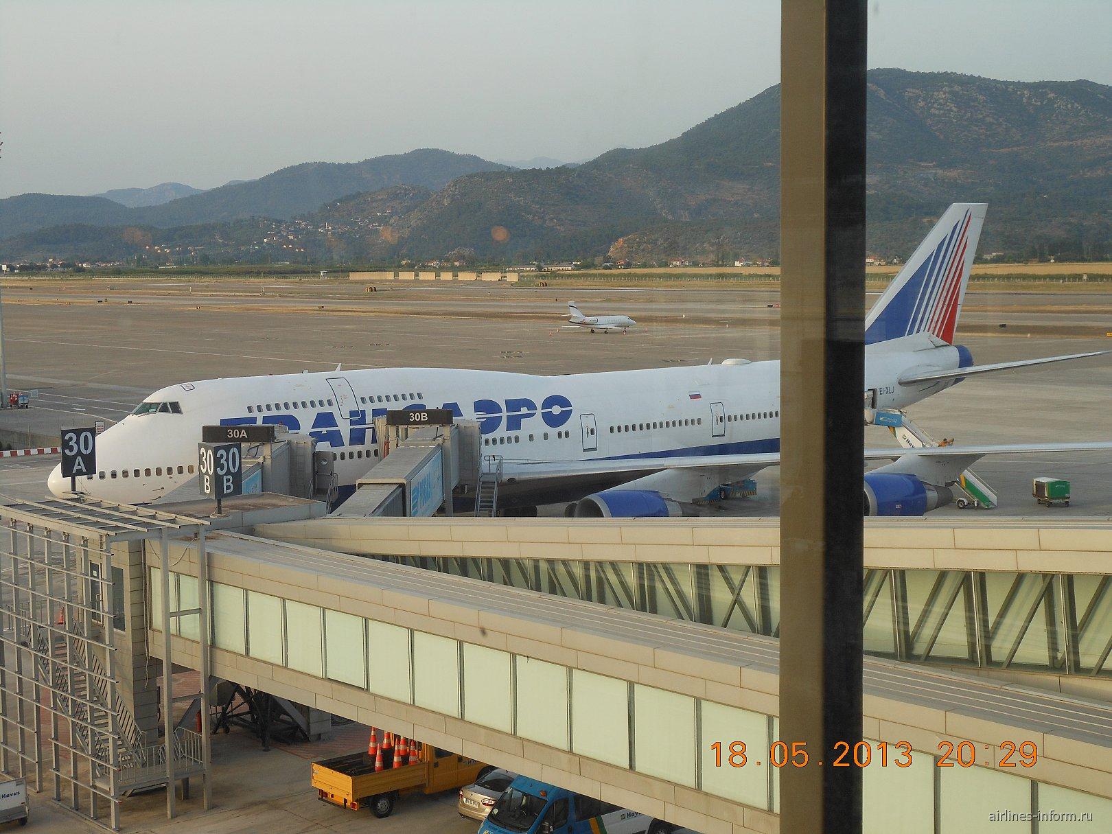 Перрон аэропорта Даламан. Боинг-747-400 Трансаэро EI-XLJ