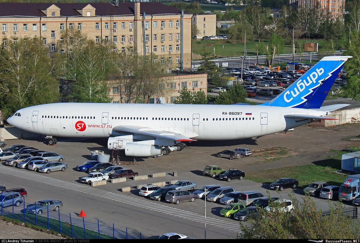 Самолет Ил-86 в аэропорту Новосибирск Толмачево
