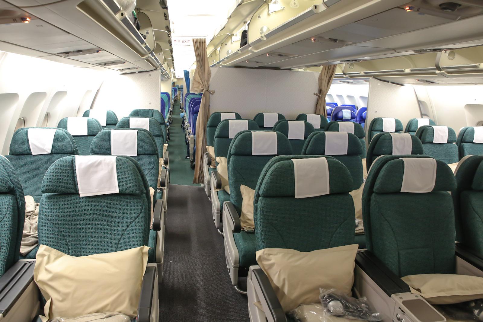 Салон премиального эконом-класса самолета Airbus A340-300 авиакомпании Cathay Pacific