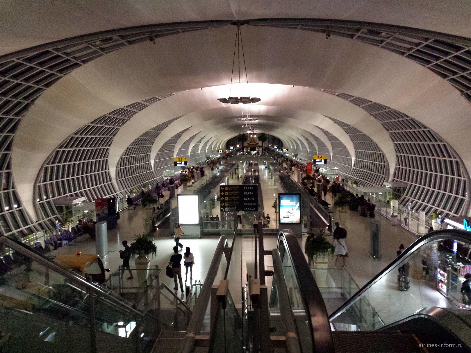 Галерея выходов на посадку в аэропорту Бангкок Суварнабуми