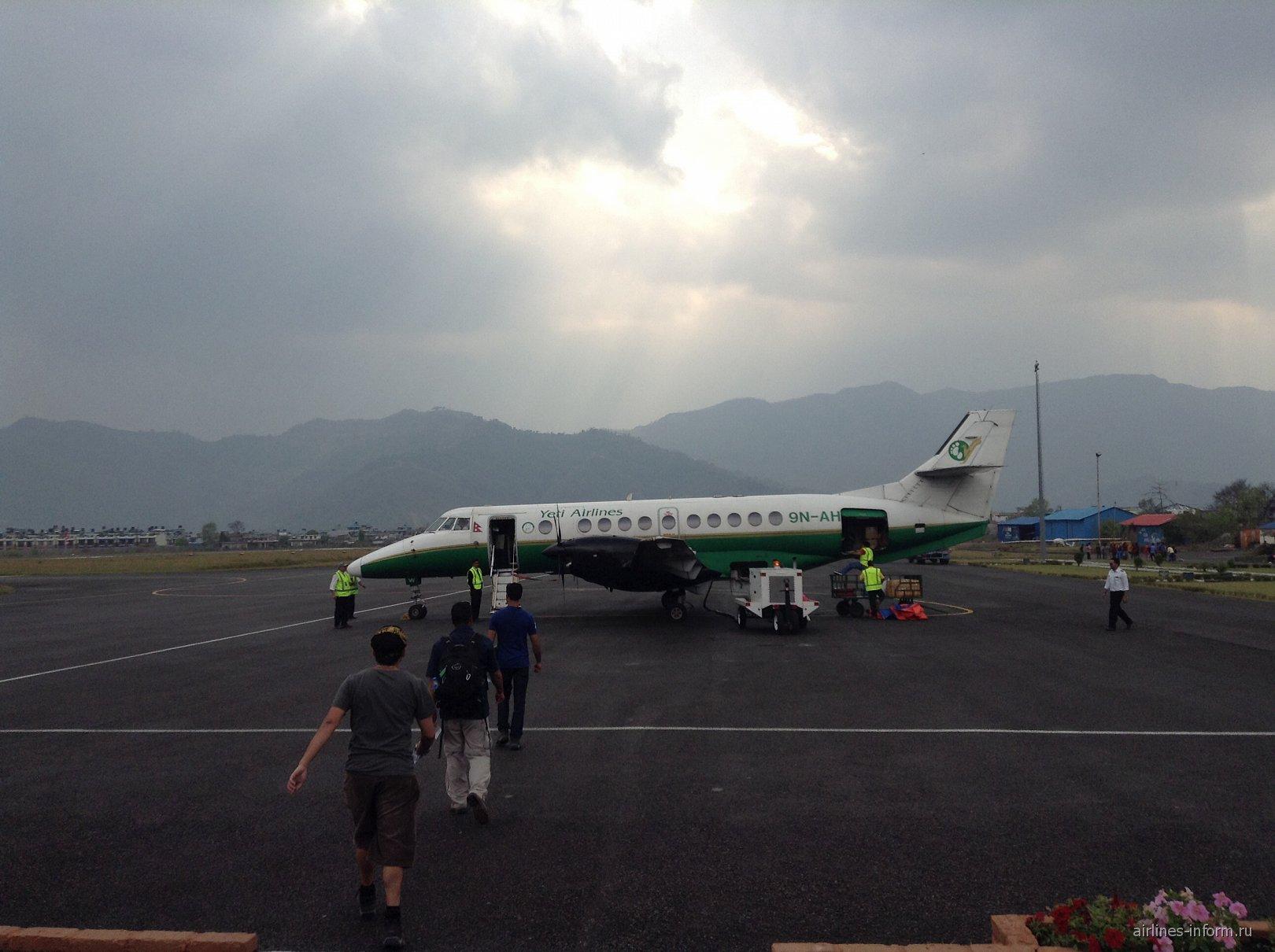 Посадка в самолет Jetstream 41 авиакомпании Yeti Airlines в аэропорту Покхара