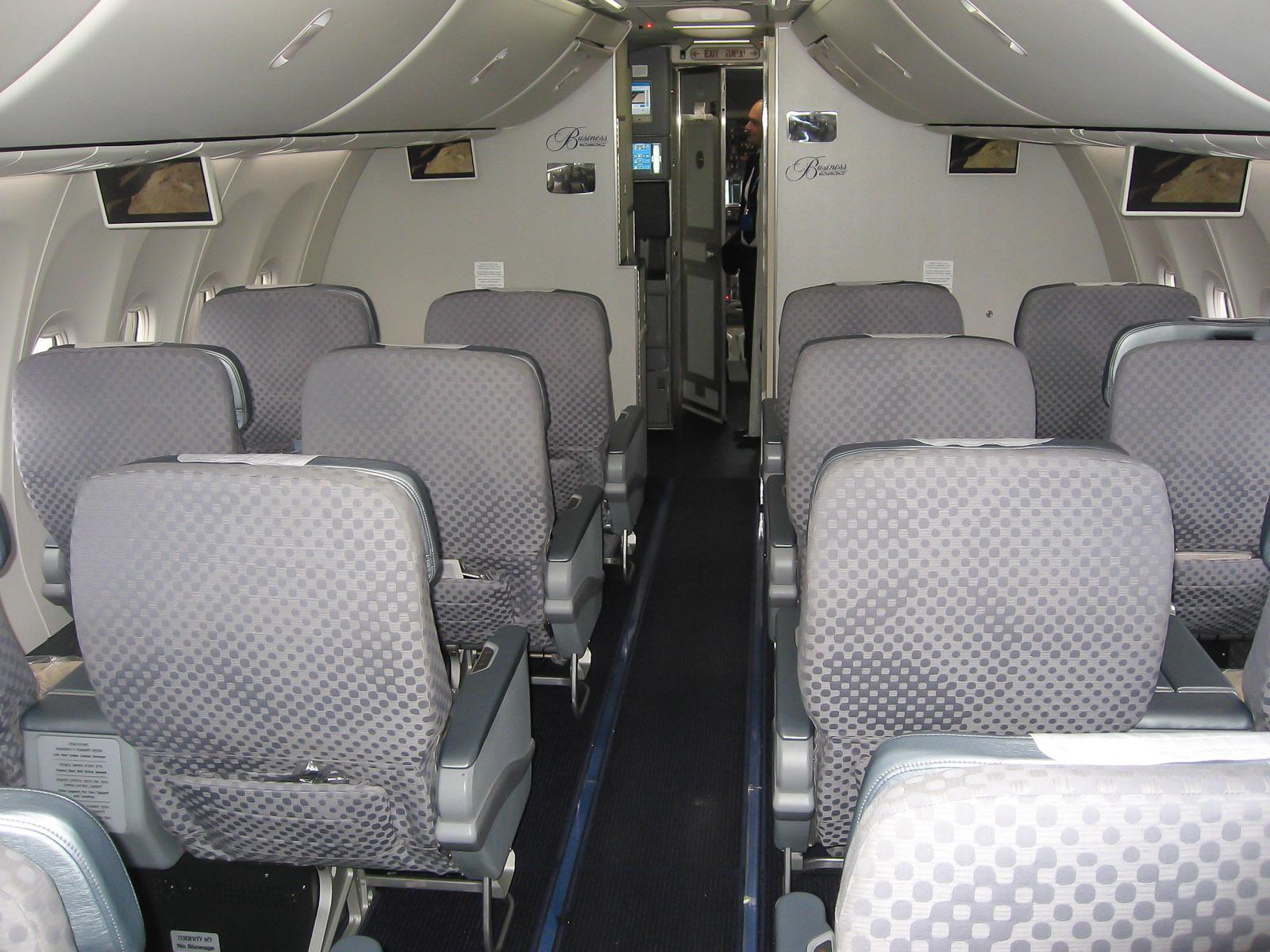 Салон бизнес-класса в самолете Боинг-737-900 авиакомпании Эль Аль