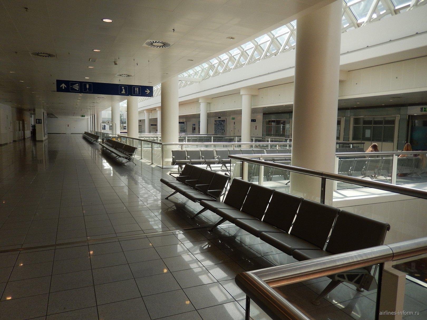 Зал ожидания на втором этаже в чистой зоне аэропорта Брюссель