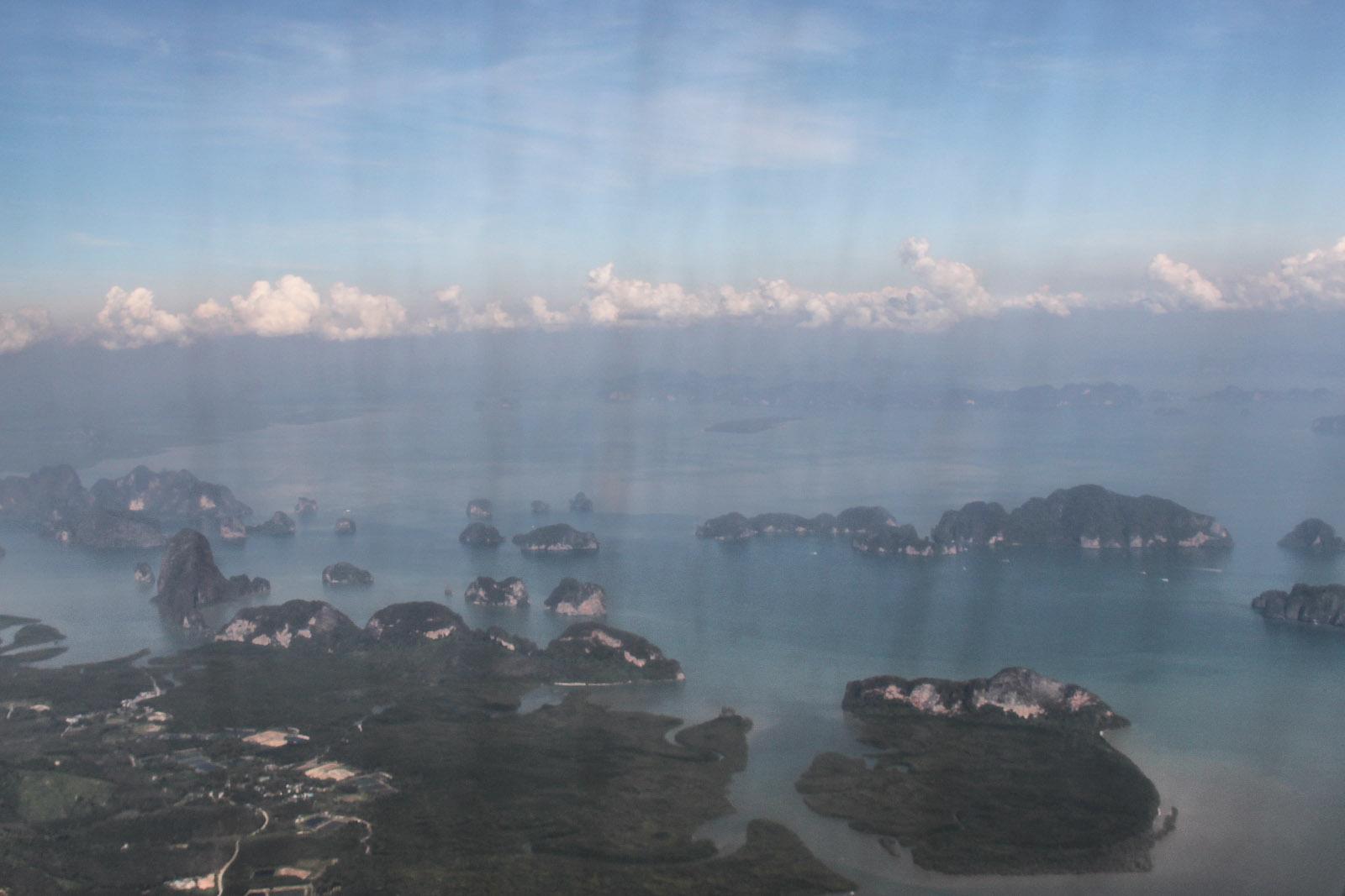 Вид на острова при взлете из аэропорта Пхукета