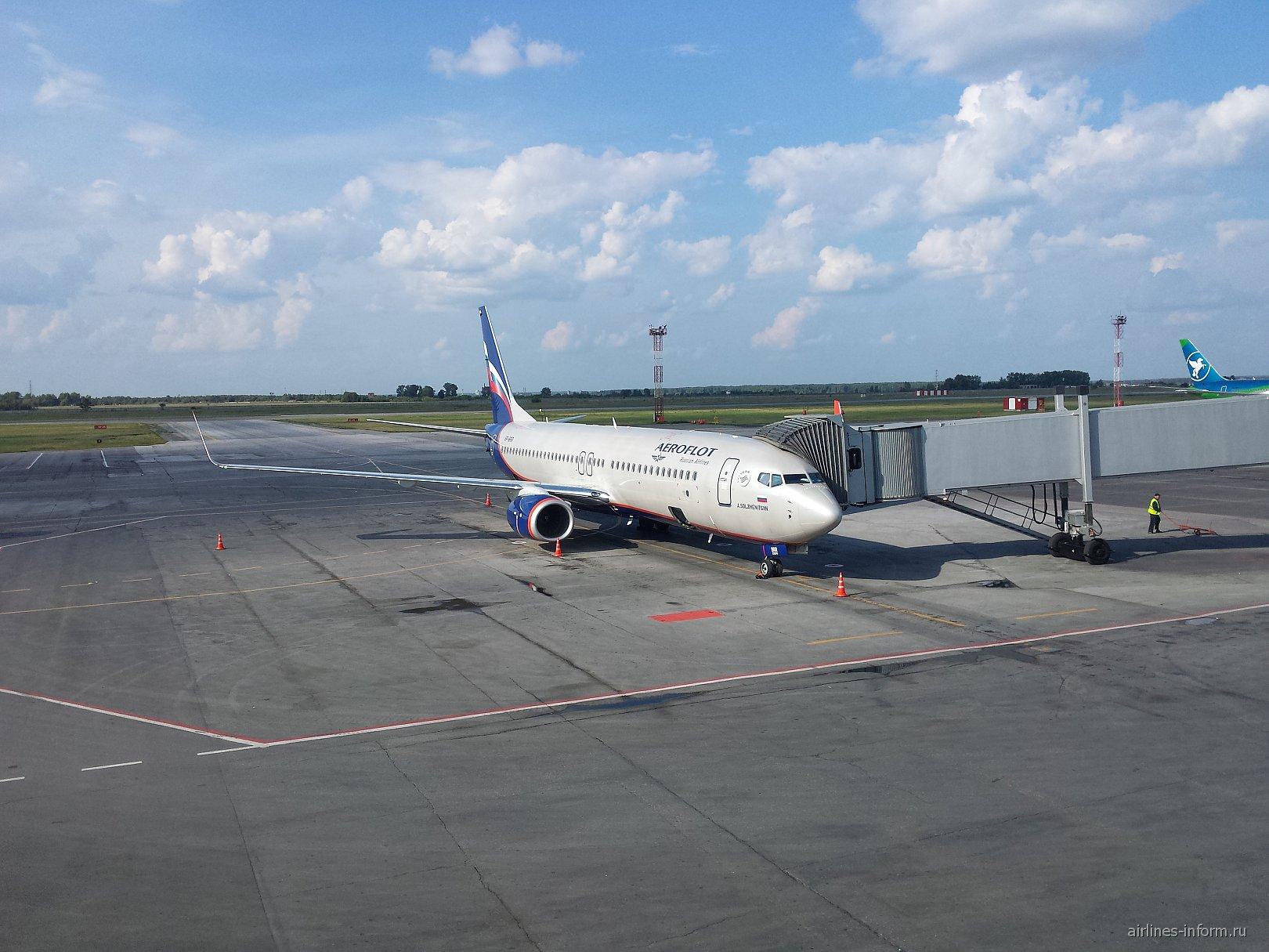 Боинг-737-800 Аэрофлота в аэропорту Новосибирск Толмачево