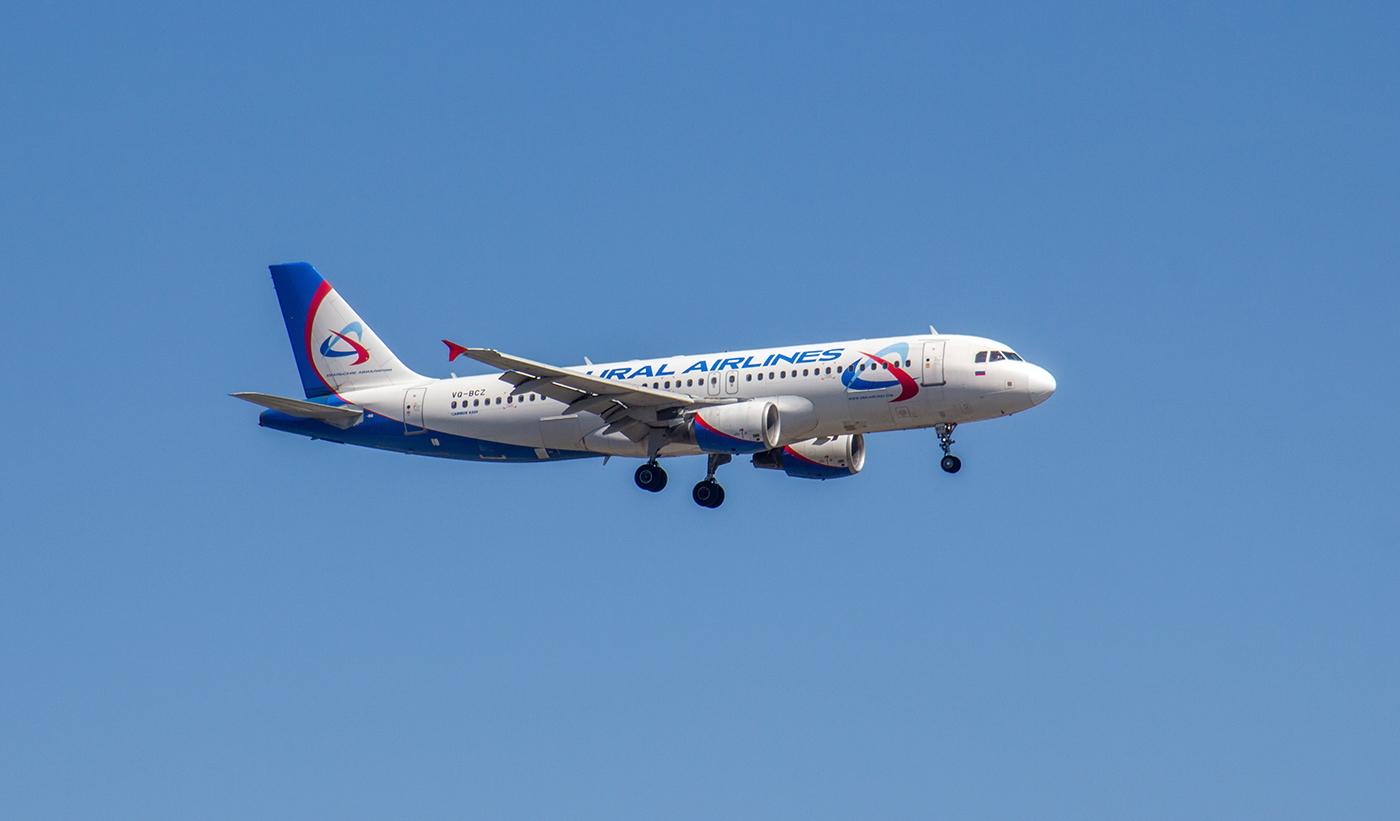 Airbus A320 VQ-BCZ Уральских авиалиний перед посадкой в аэропорту Иркутска