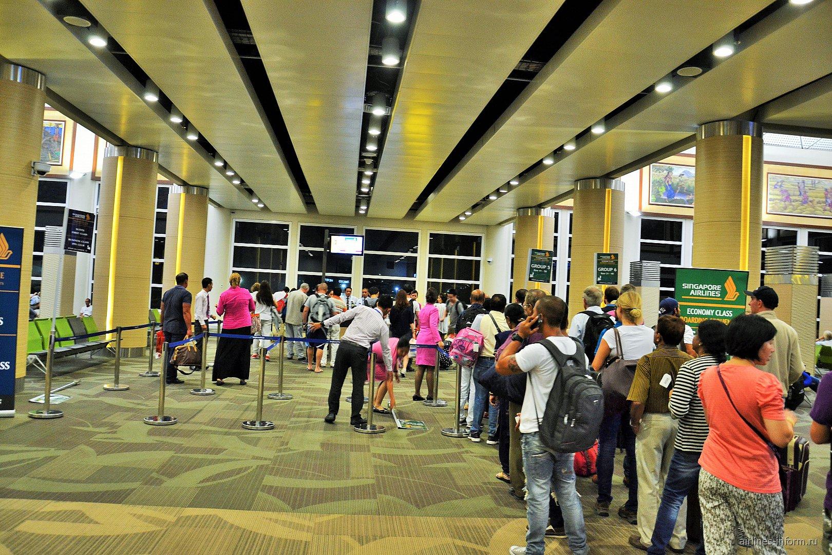 Посадка на рейс Сингапурских авиалиний в аэропорту Денпасара