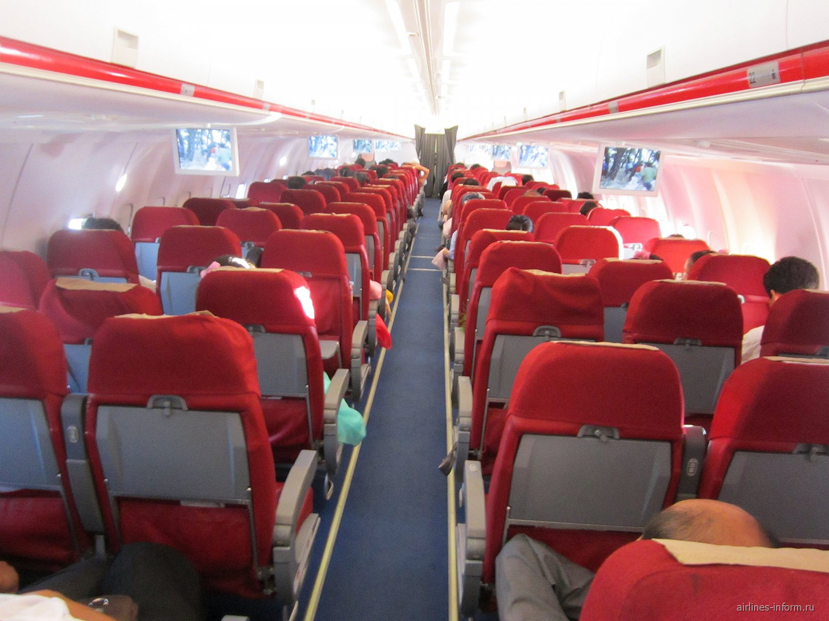 самолет был заполнен наполовину
