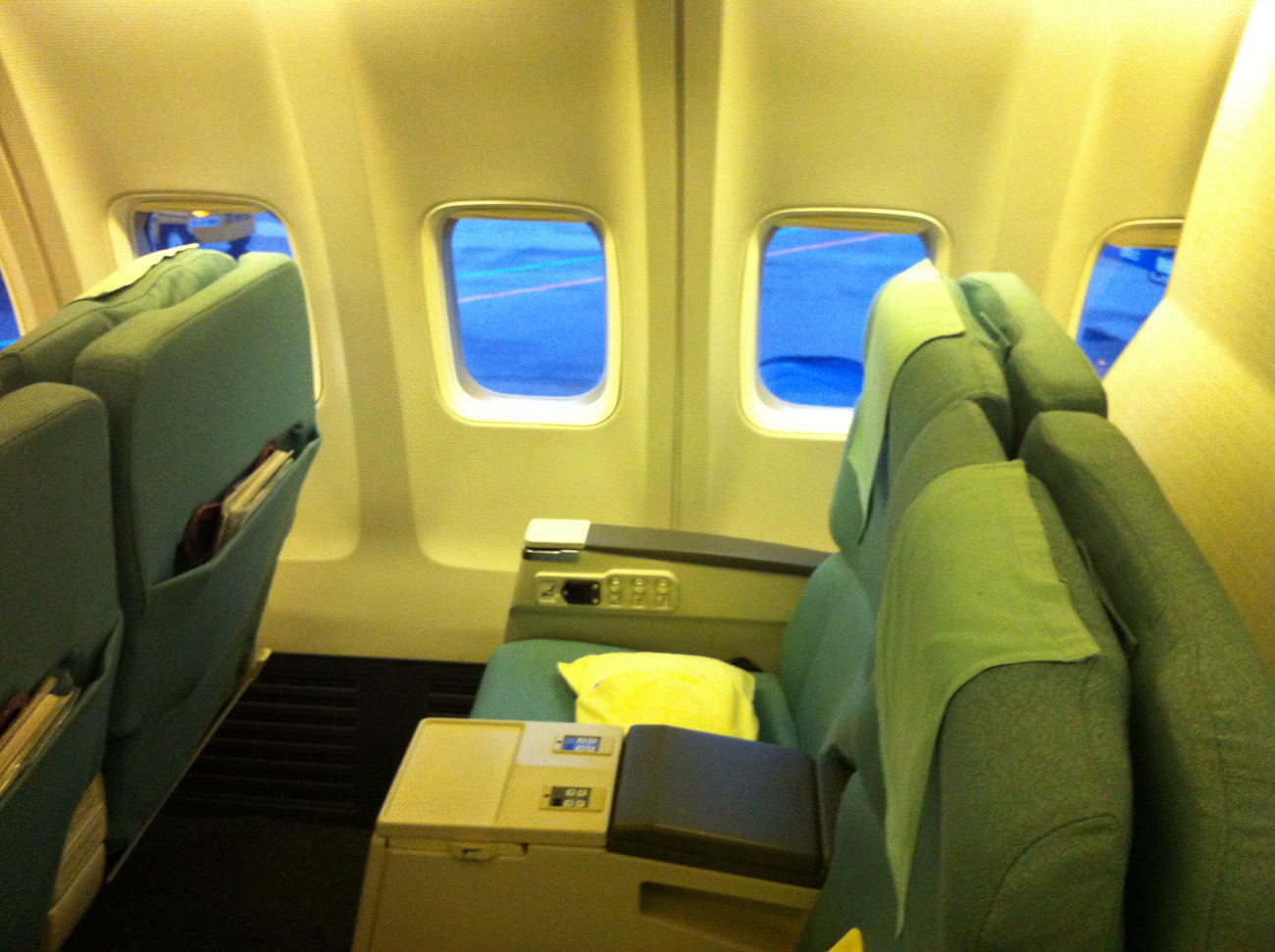 Салон бизнес-класса в самолете Боинг-737-900 авиакомпании Korean Air