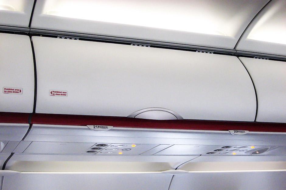 Багажные полки в самолете Airbus A320 авиакомпании Air France