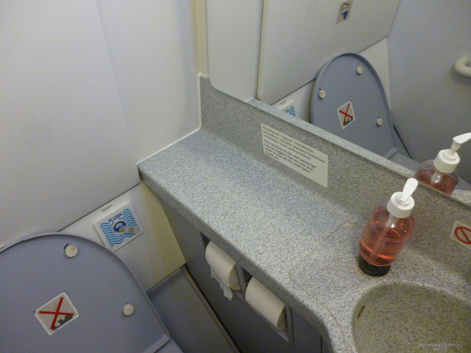 Туалет в самолете Эрбас А-319 Аэрофлота