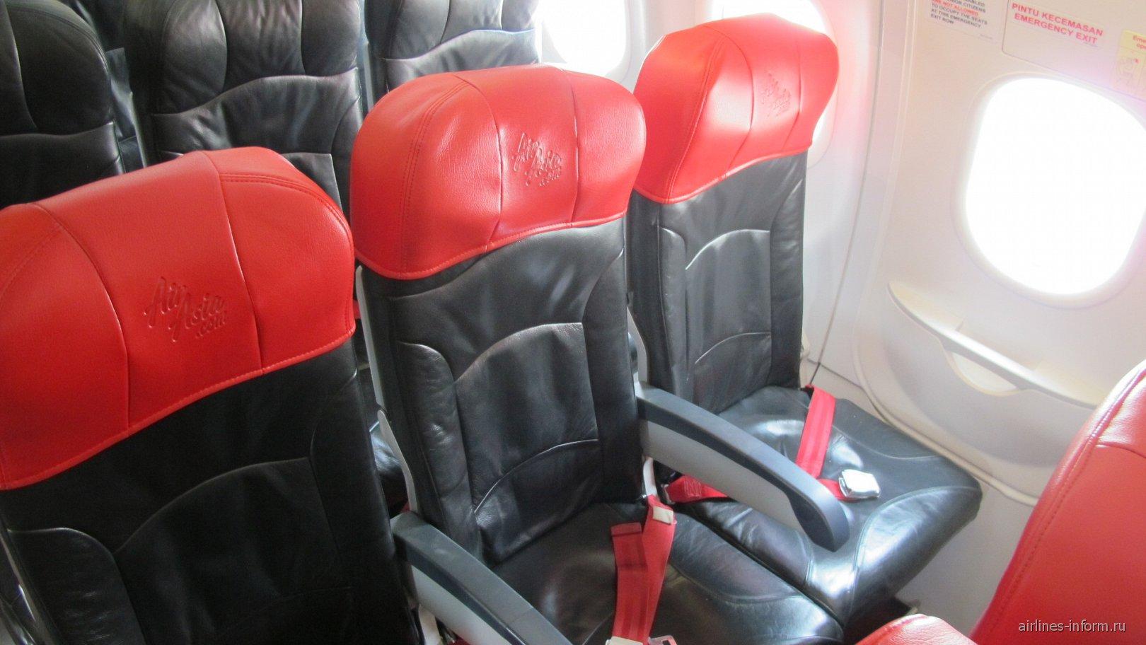 Кресла с повышенным шагом (Hot Seats) в самолете авиакомпании AirAsia