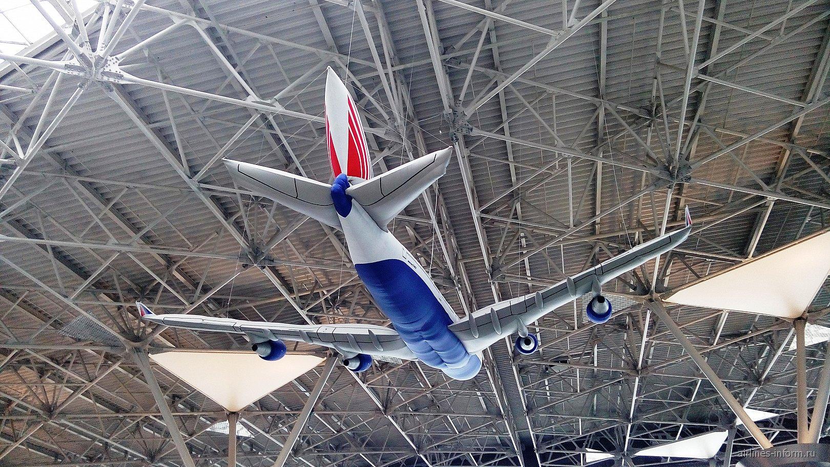 Надувной макет самолета Боинг-747 Трансаэро в терминале А аэропорта Внуково