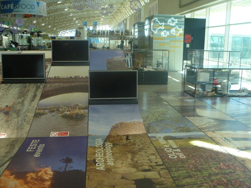 Реклама острова Сардиния в аэропорту Ольбия Коста Смеральда