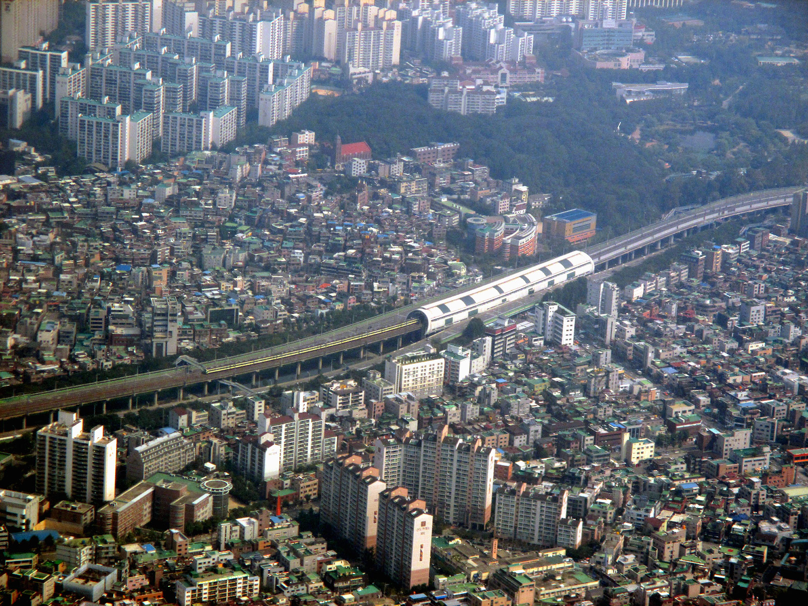 Жилые кварталы на окраине Сеула перед посадкой в аэропорту Гимпо