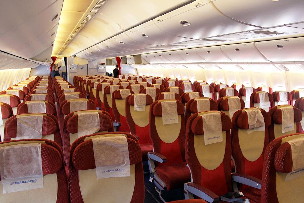 Салон экономического класса самолета Боинг-777-300 авиакомпании Трансаэро