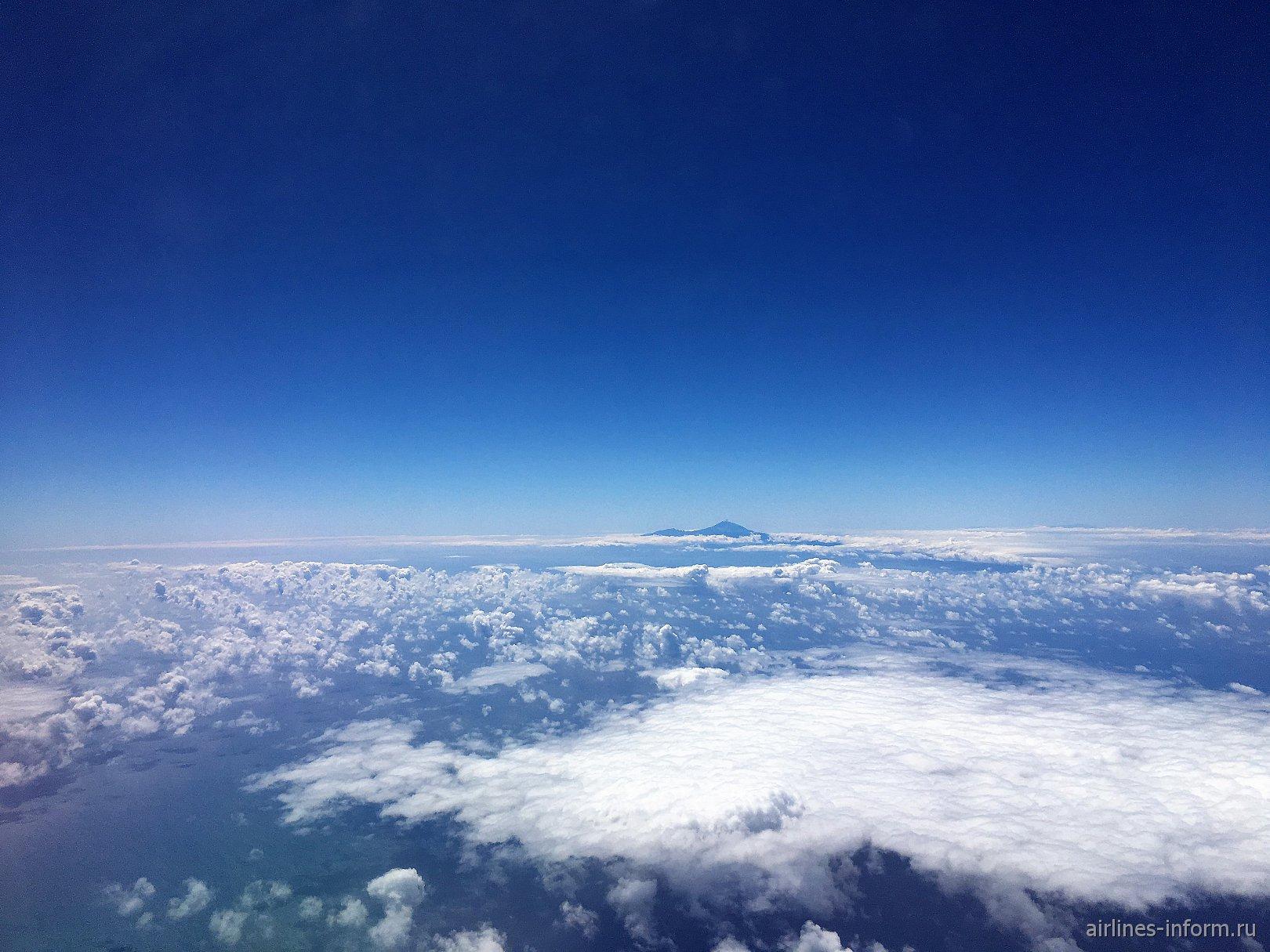 Над облаками выступает вулкан Тейде на острове Тенерифе