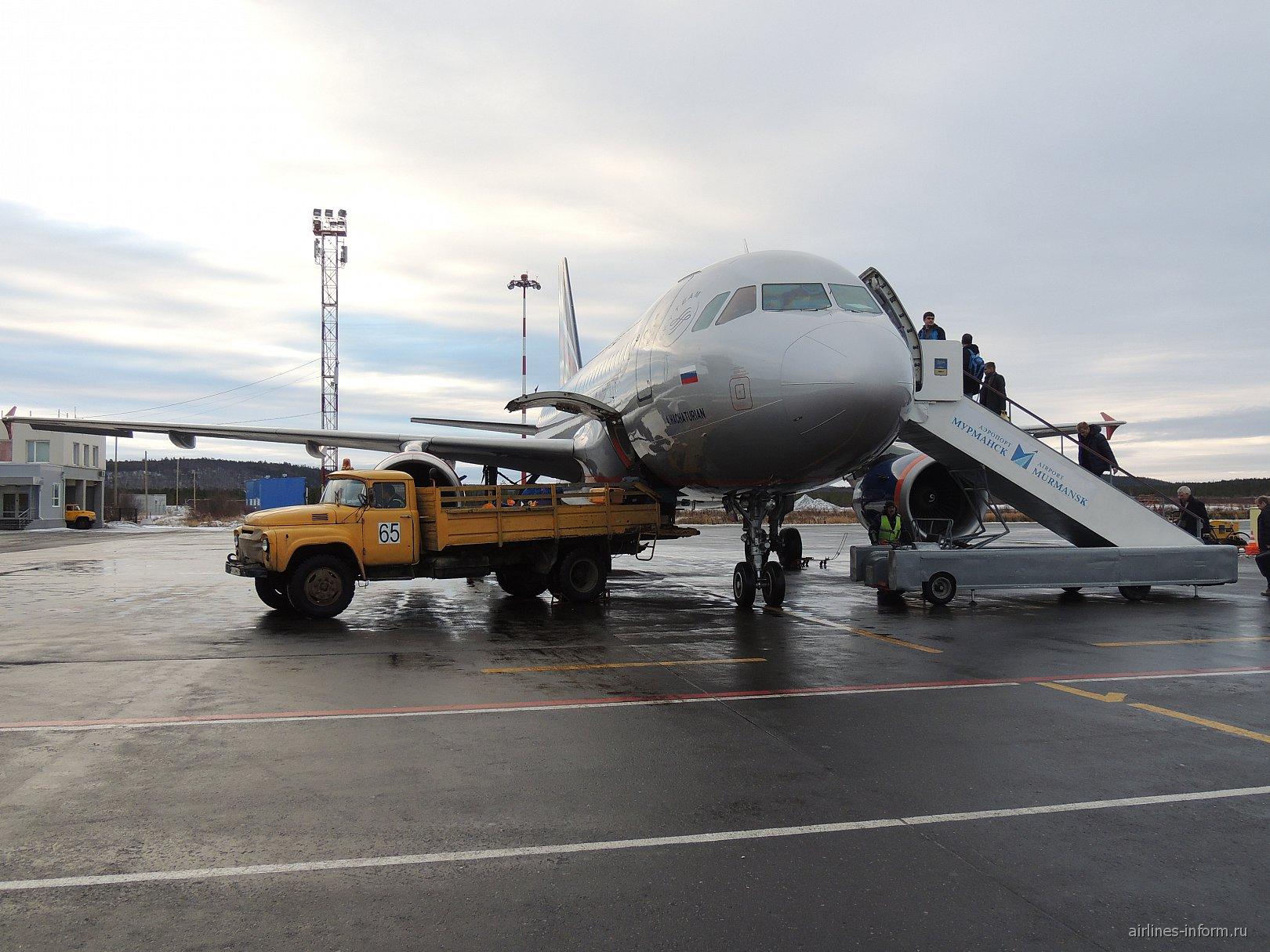 Посадка пассажиров и загрузка багажа в самолет Airbus A319 в Мурманске
