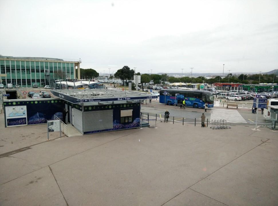 Автобусная остановка в аэропорту Марсель Прованс для автобусов в центр города