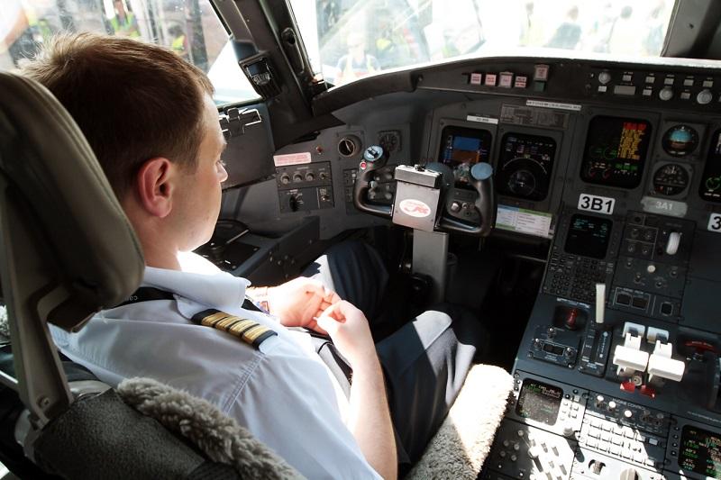 Пилотская кабина самолета Bombardier CRJ100 авиакомпании РусЛайн