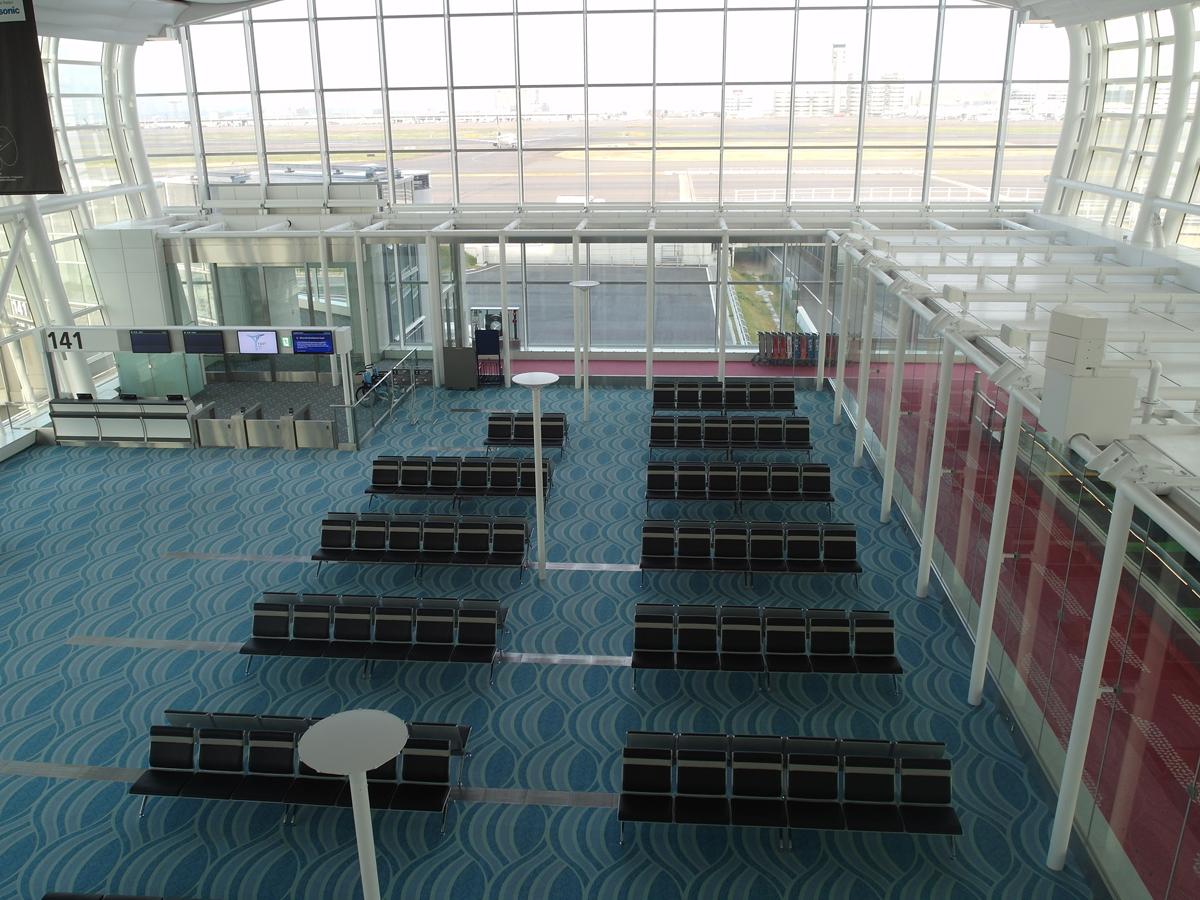Зал ожидания перед выходом на посадку в терминале 2 аэропорта Токио Ханеда