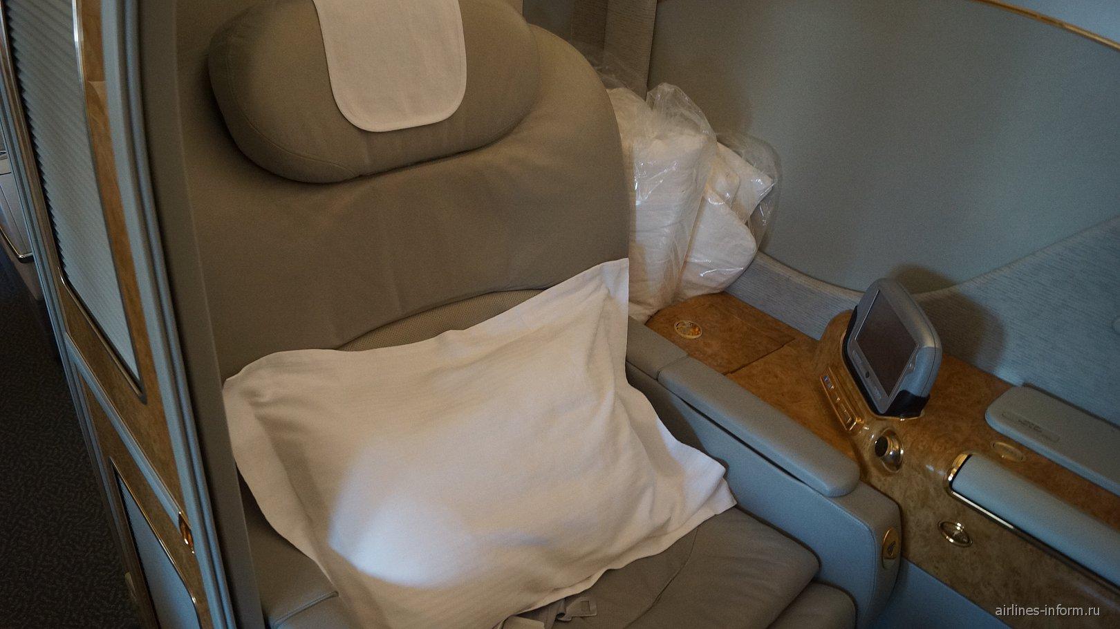Пассажирское кресло первого класса в самолете Боинг-777-200 авиакомпании Emirates