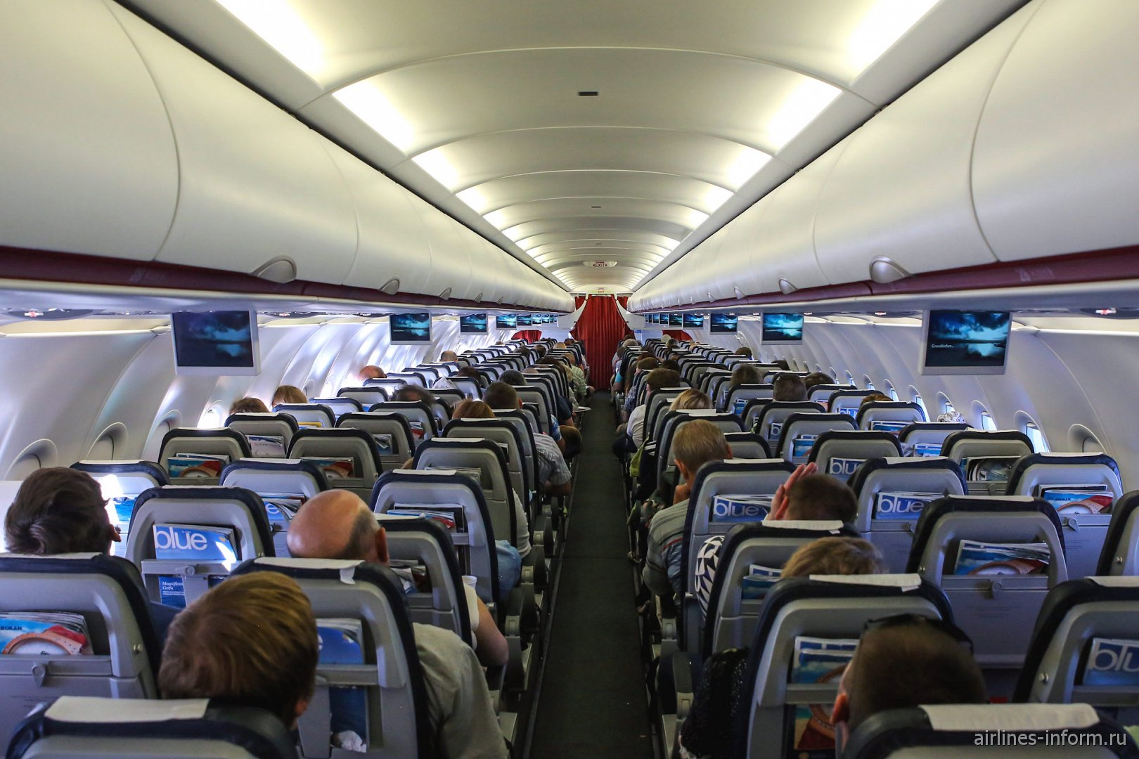 Пассажирский салон самолета Airbus A320 Эгейских авиалиний