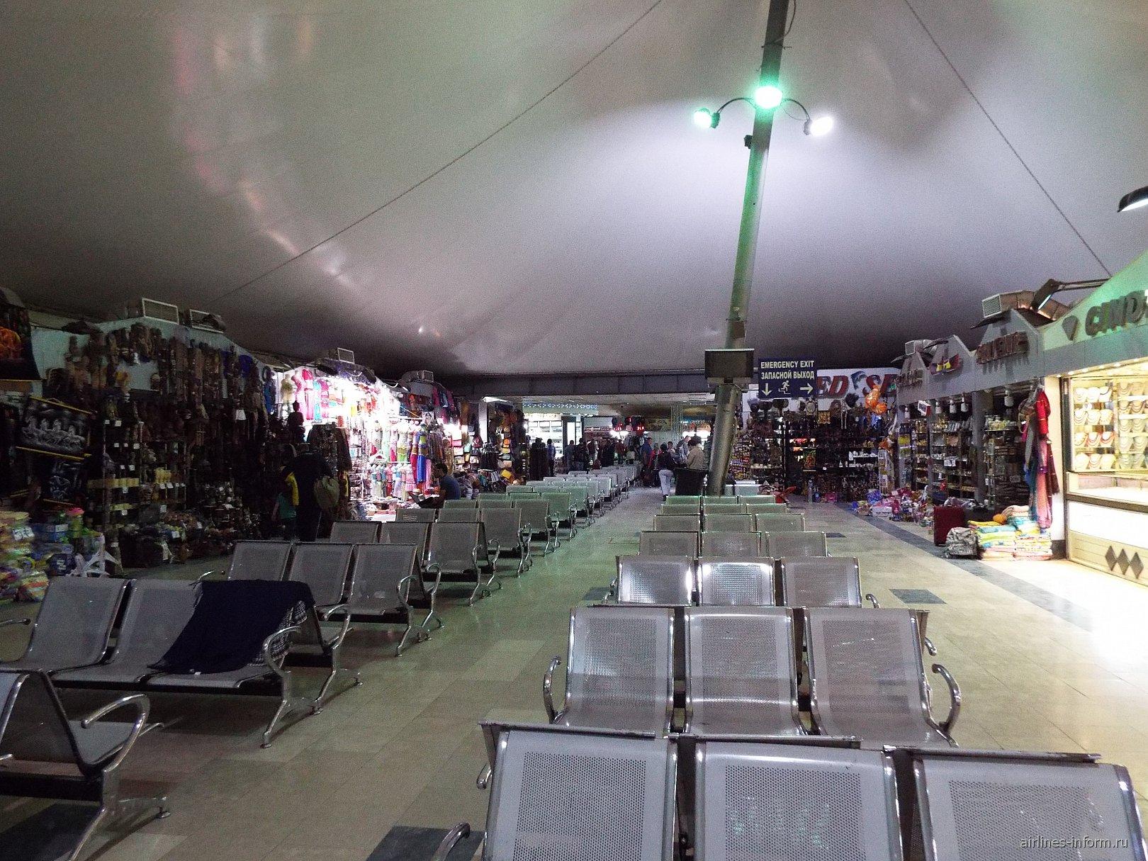 Торговые ларьки в аэровокзале аэропорта Хургада