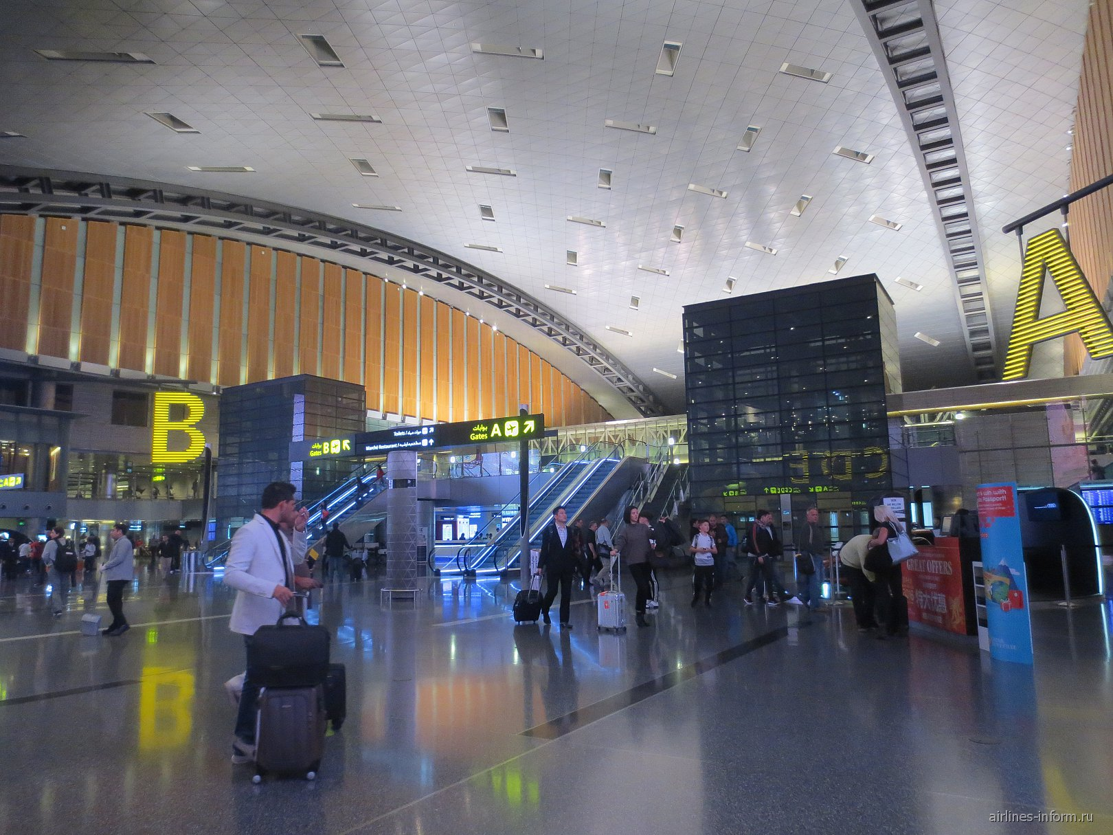 Центральная часть пассажирского терминала аэропорта Хамад