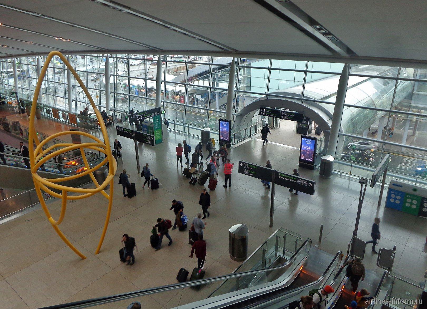 Вид с эскалатора на второй этаж терминала 2 аэропорта Дублин