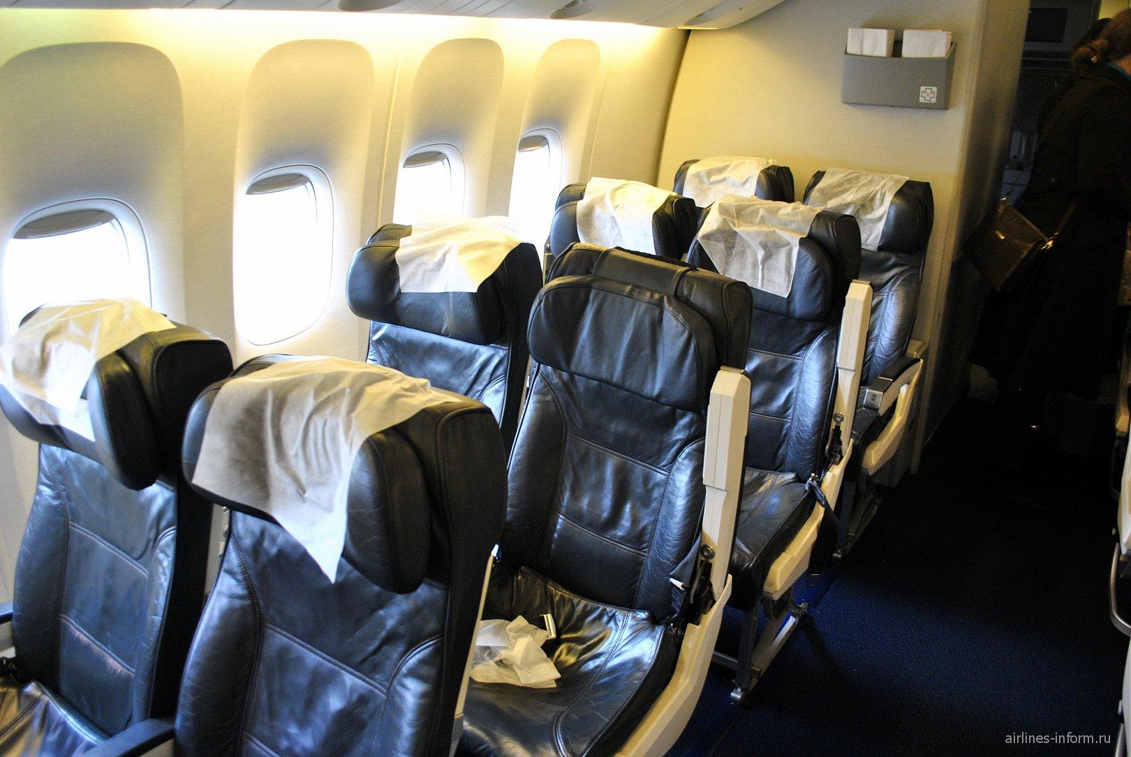 Пассажирские кресла в самолете Боинг-777-200 Оренбургских авиалиний