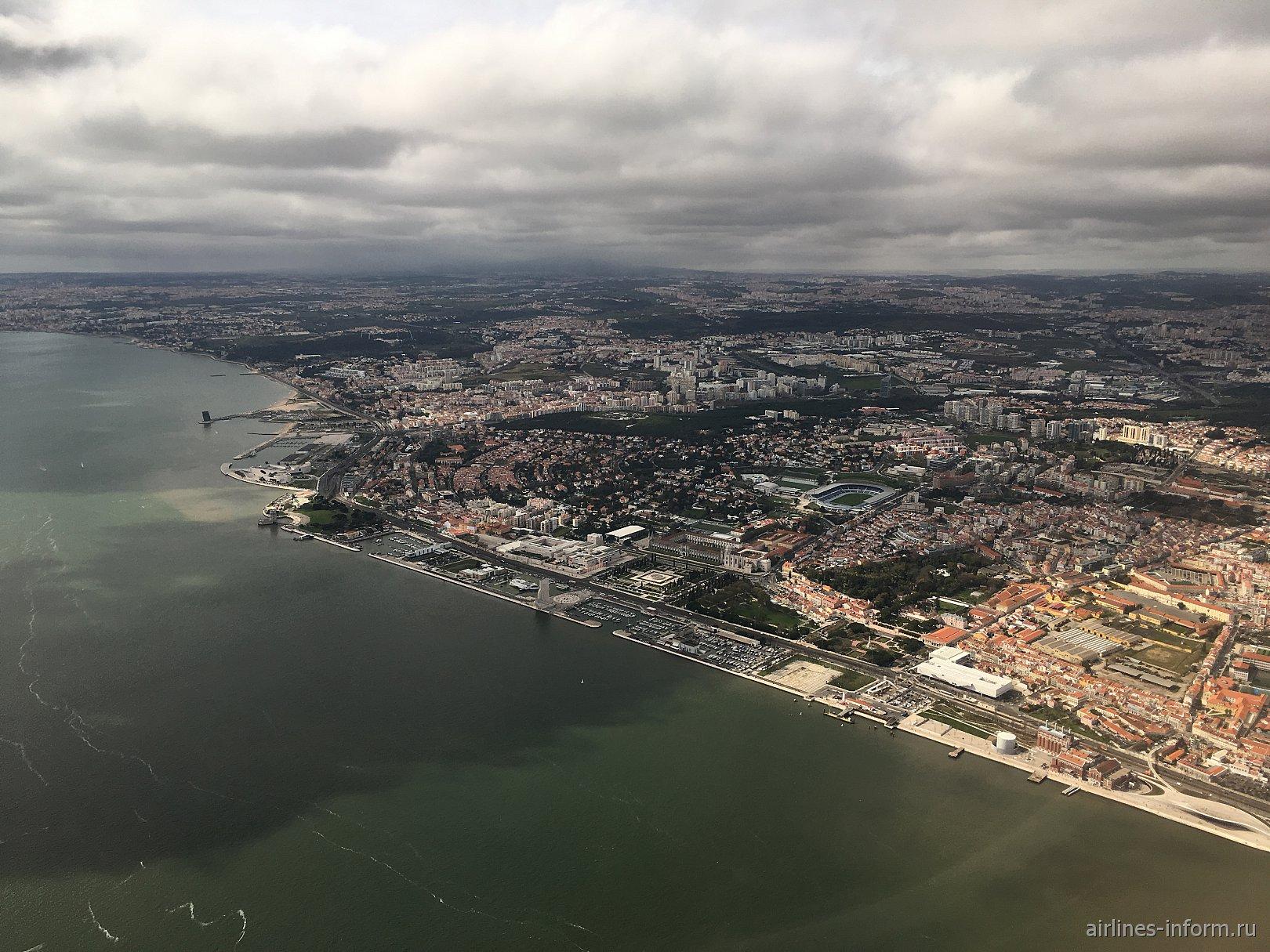 В полете над Лиссабоном - река Тежу (Тахо), монастырь Жеронимуш, памятник первооткрывателям