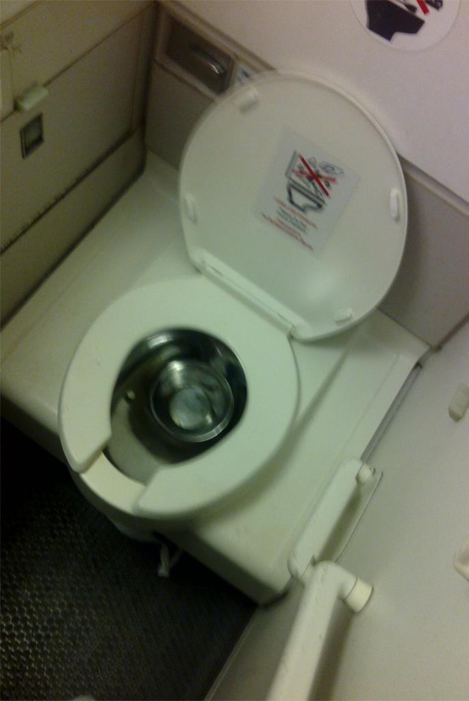 Туалет самолета Боинг-757-200 авиакомпании ЮТэйр