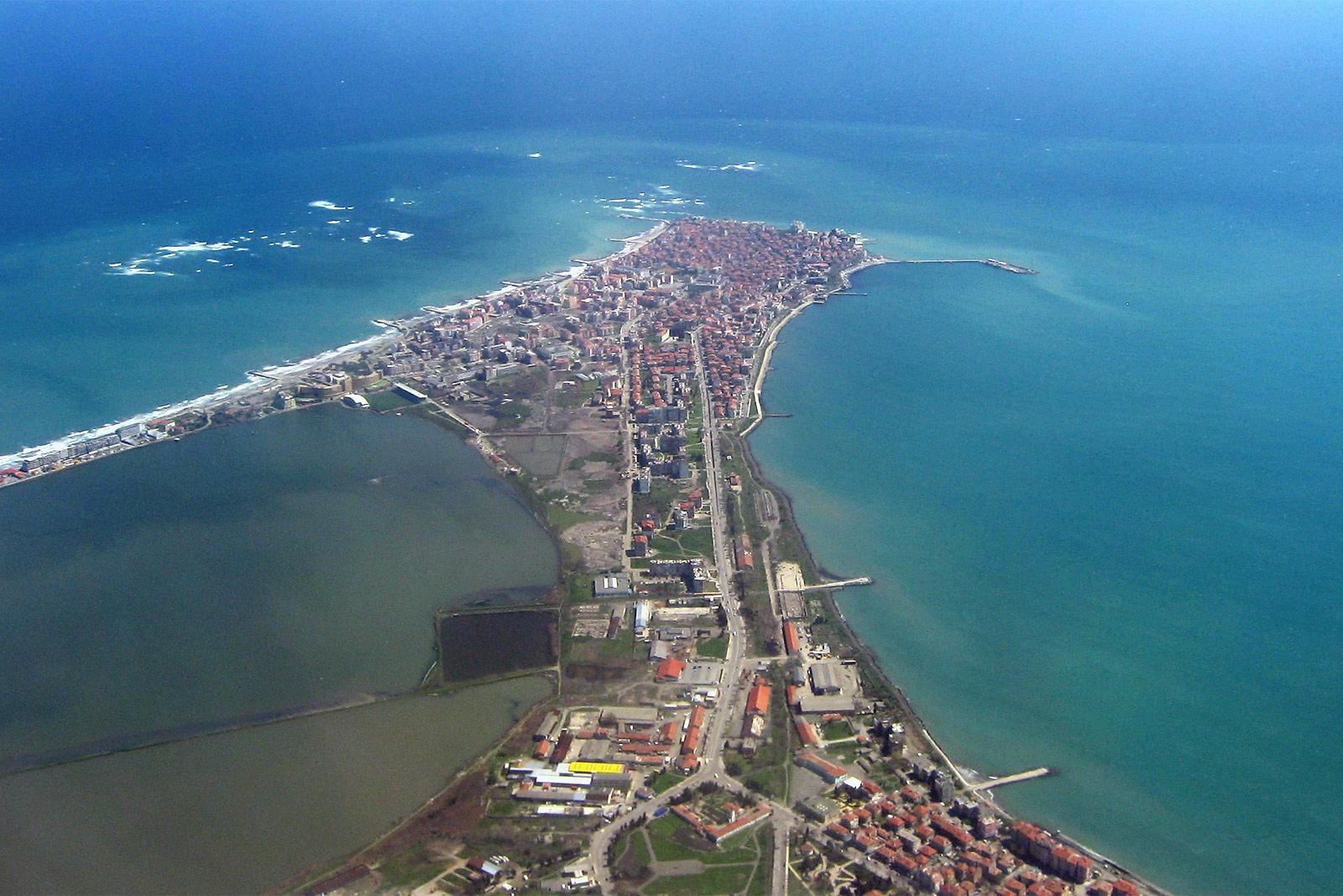Вид на болгарский курортный город Поморье