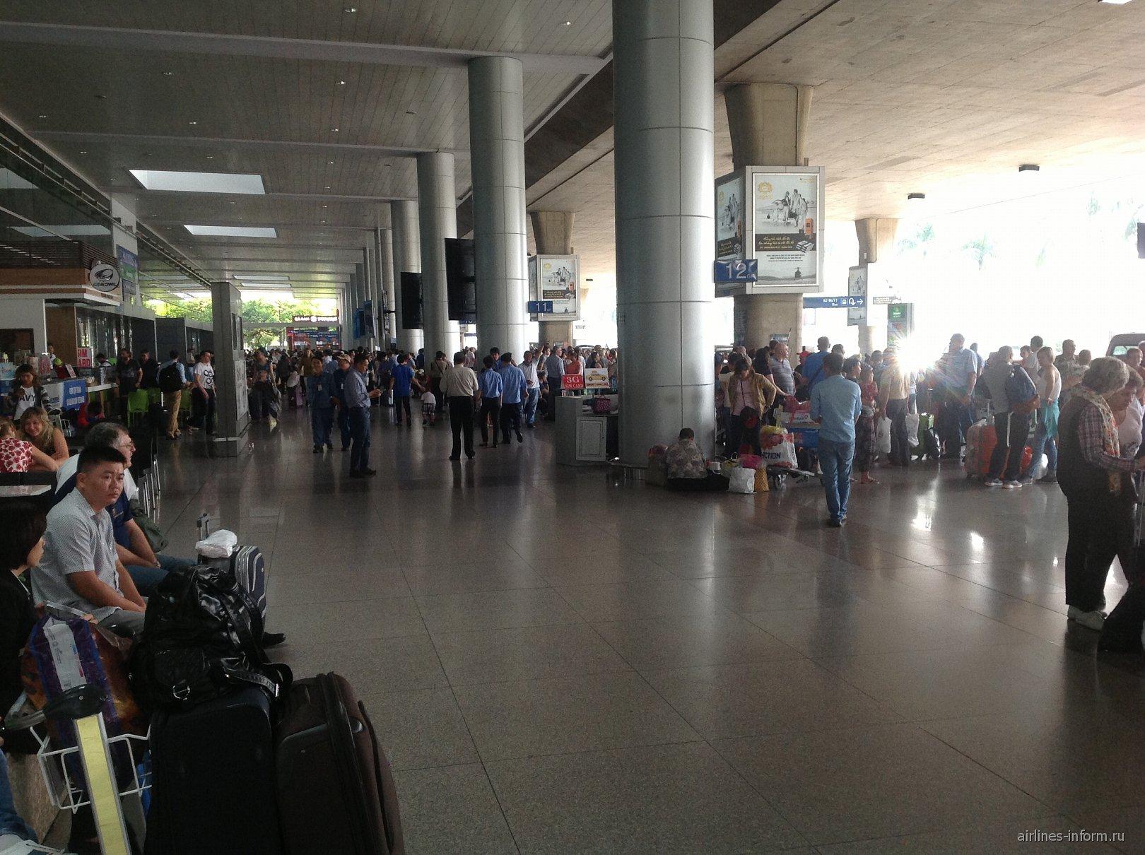 На выходе из аэропорта Хошимин Тан Сон Нхат