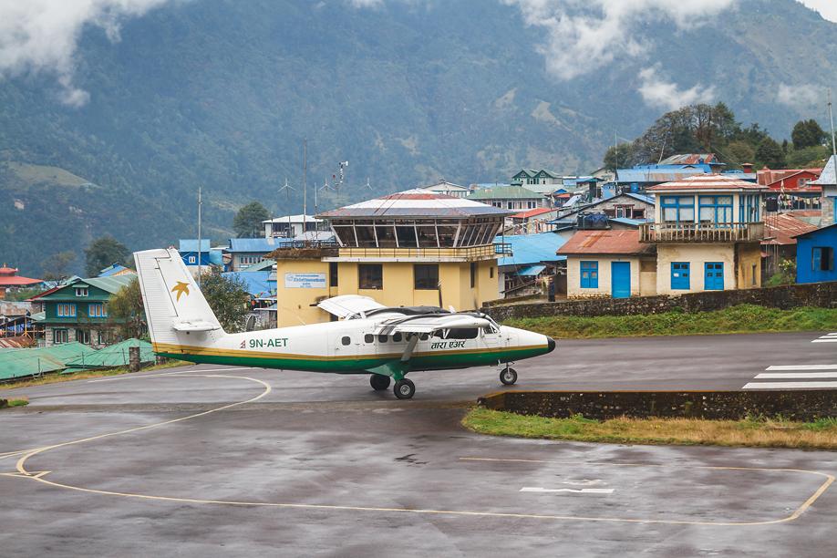 DHC-6 Twin Otter авиакомпании Tara Air выруливает на взлет в аэропорту Лукла
