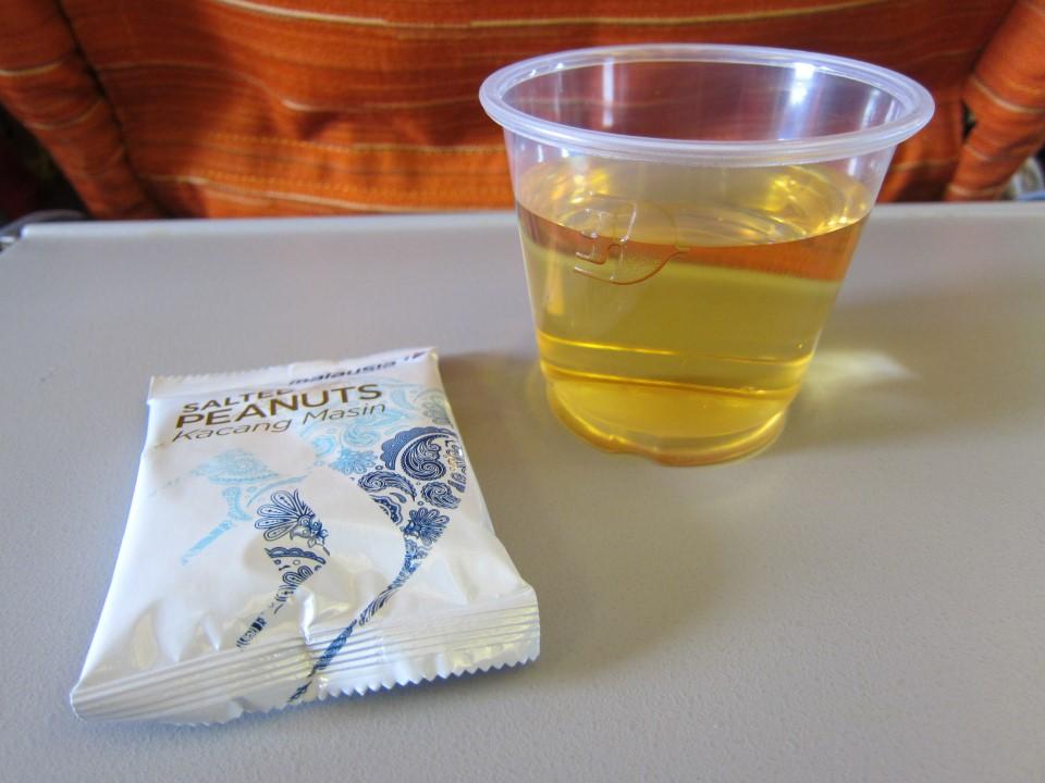Орешки на рейсе Лангкави - Куала-Лумпур авиакомпании Malaysia Airlines