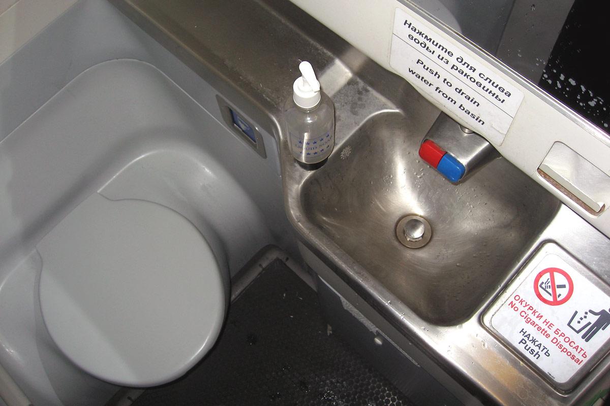 Туалет  в самолете Боинг-737-800 авиакомпании НордСтар