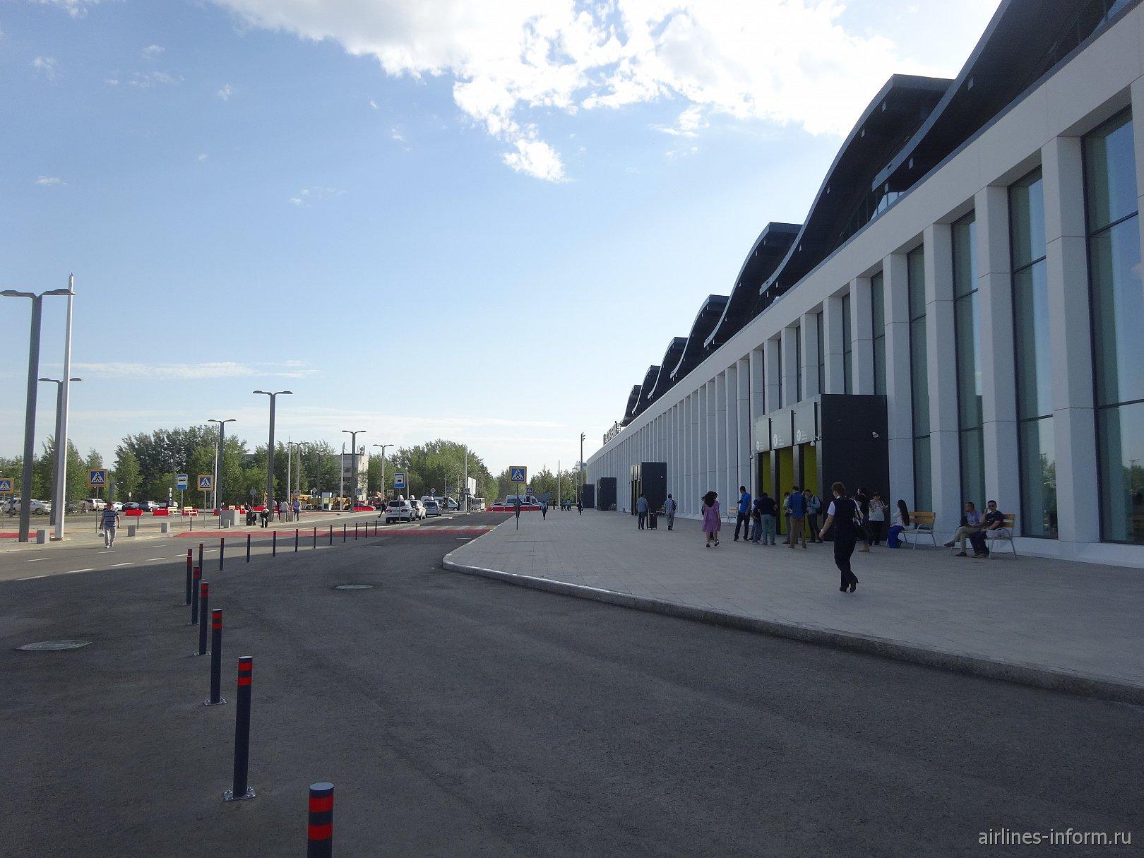 Привокзальная площадь у нового терминала 1 аэропорта Астаны