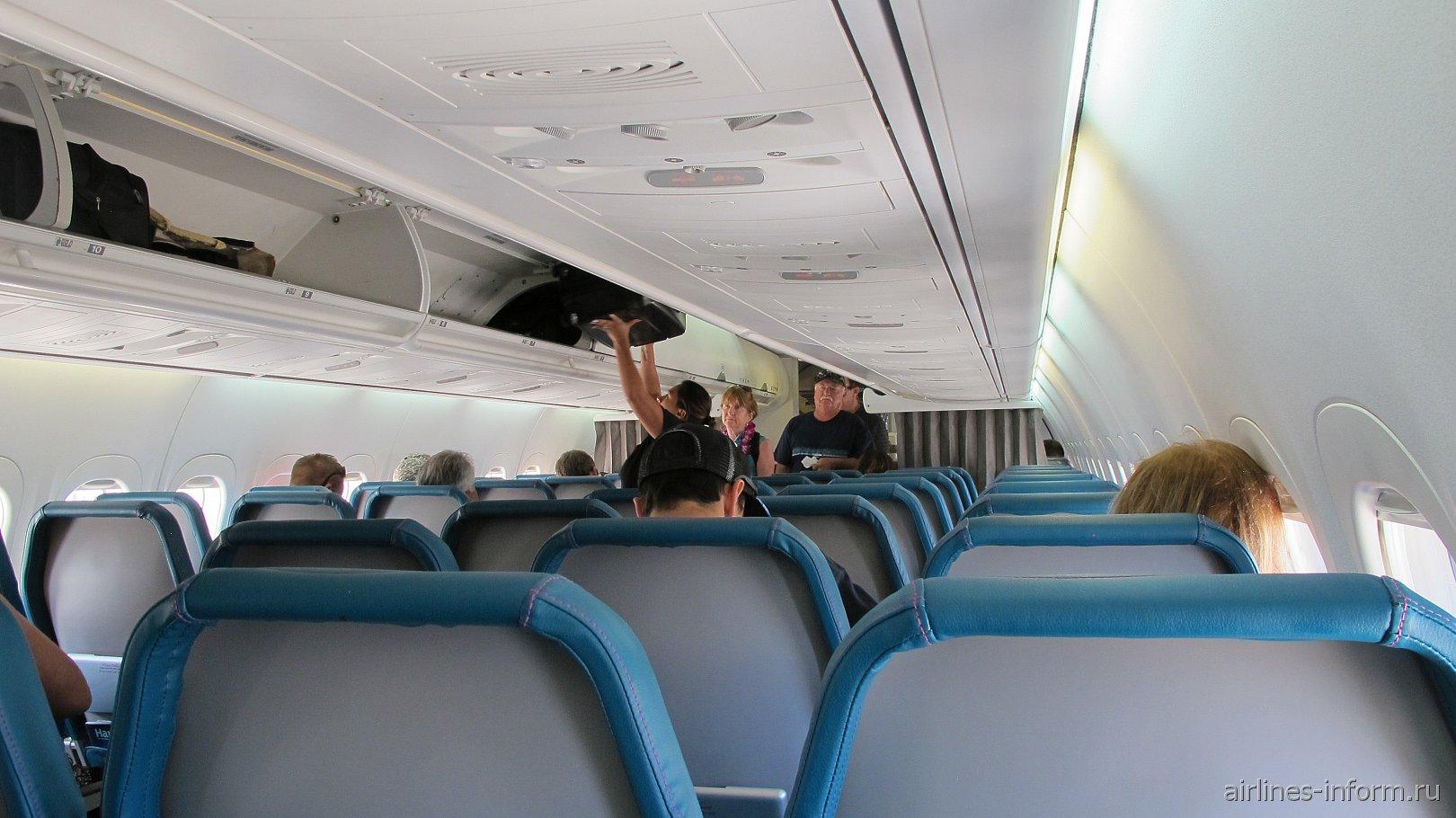 Пассажирский салон самолета Боинг-717 Гавайских авиалиний