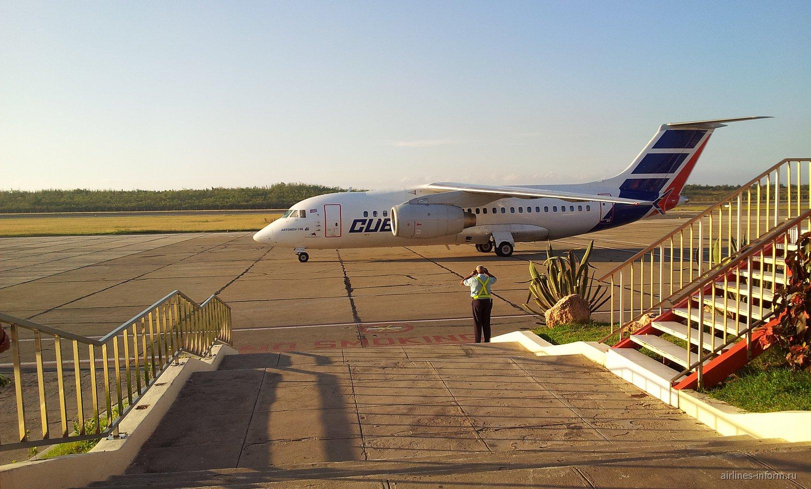 Самолет Ан-158 авиакомпании Cubana в аэропорту Сантьяго-де-Куба