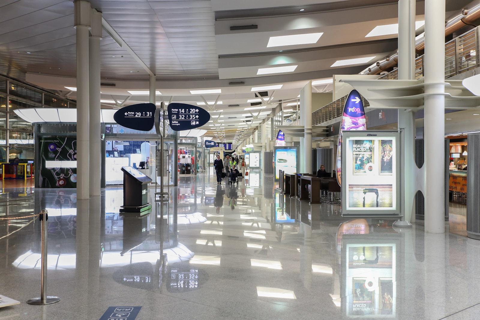 В чистой зоне аэропорта Порту Франциско Корнейро
