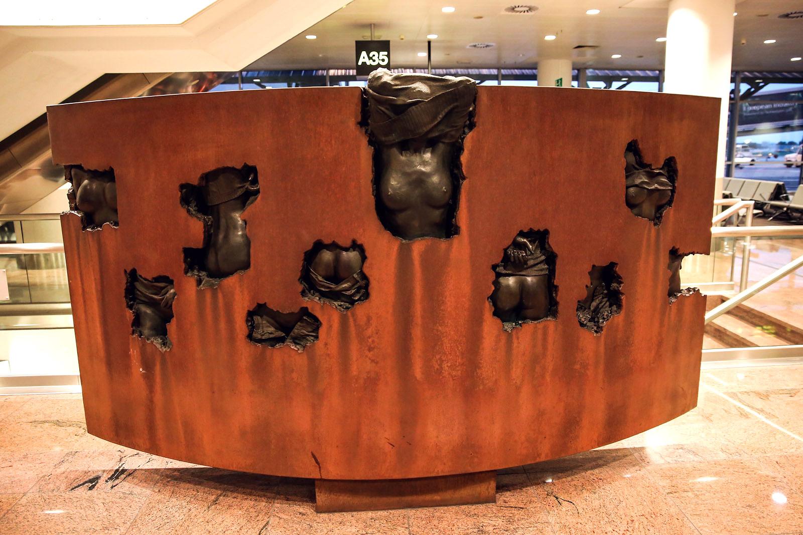 Скульптурная композиция в аэропорту Брюсселя