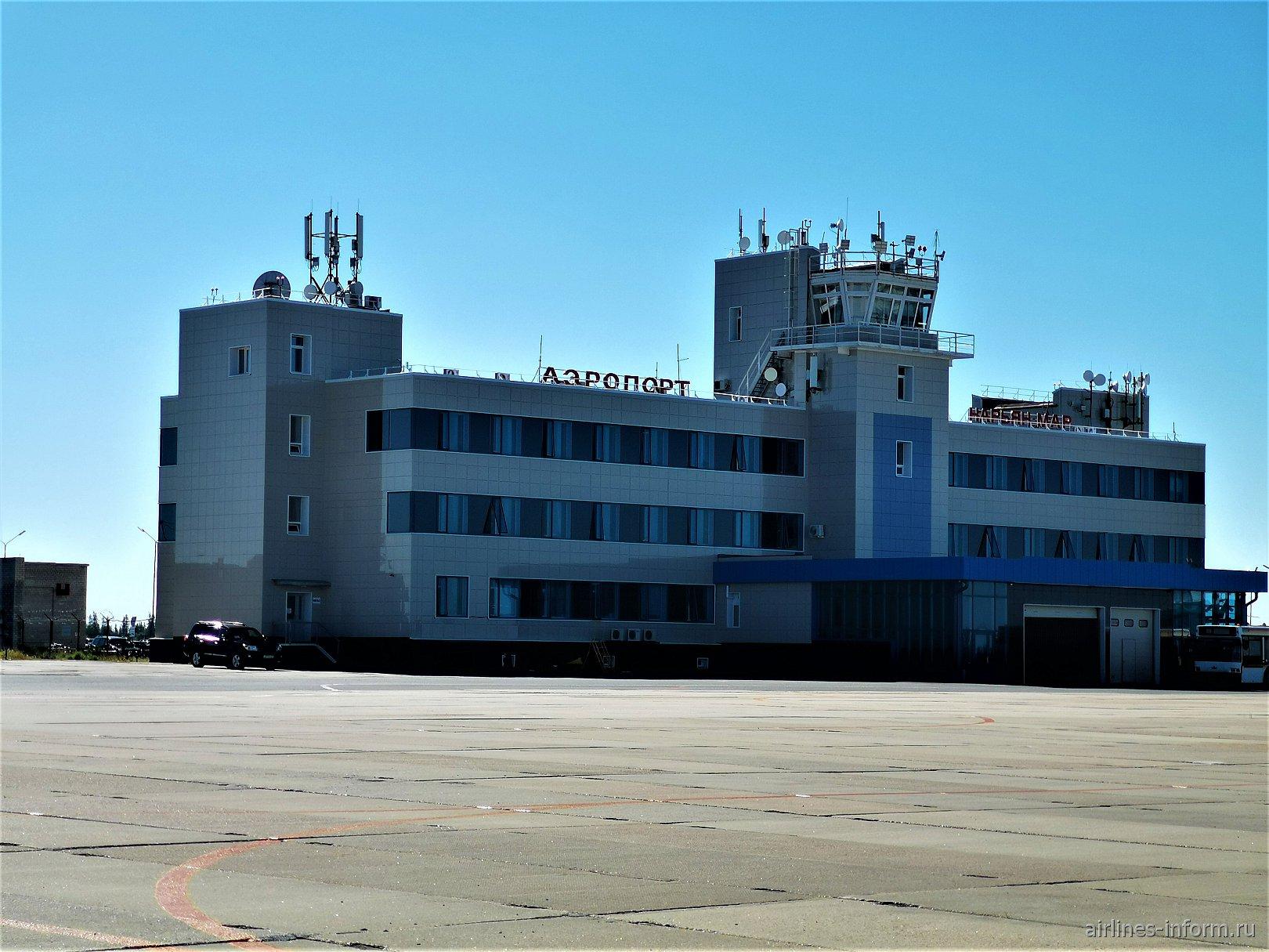 Вид с перрона на аэровокзал аэропорта Нарьян-Мар