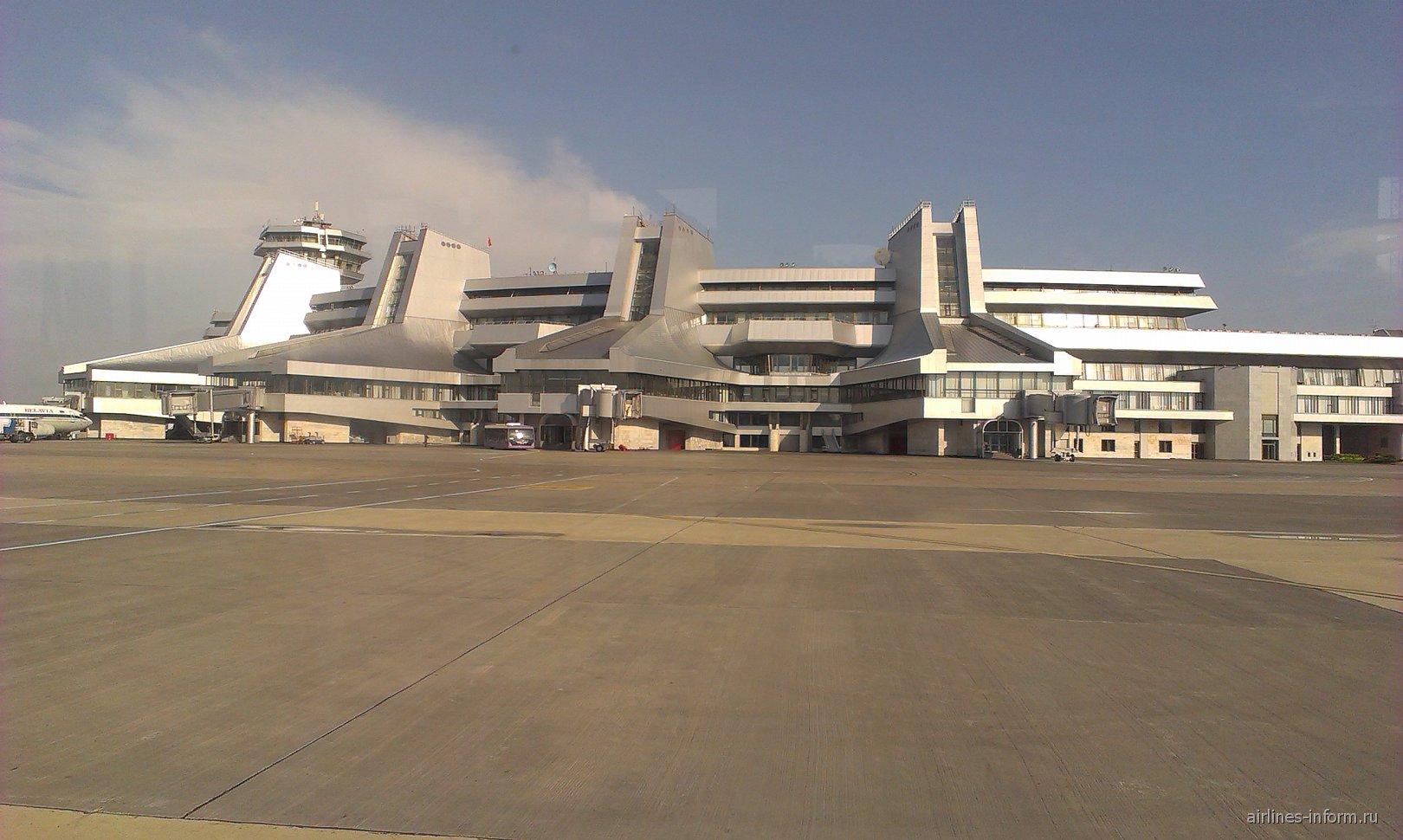 Аэровокзал аэропорта Минск Национальный со стороны перрона