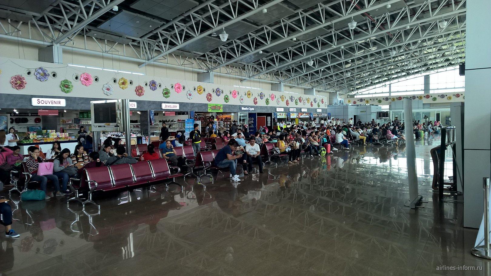 Зал ожидания на 2-м этаже в чистой зоне аэропорта Кларк